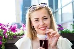 Leuke jonge vrouw met mooie eigenschappen Stock Foto