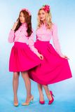 Leuke jonge vrouwen in roze kleren Royalty-vrije Stock Foto
