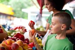 Leuke jongen bij de markt van de landbouwer Royalty-vrije Stock Afbeeldingen