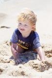 Leuke jongen bij het strand stock afbeelding