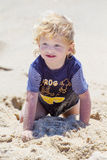 Leuke jongen bij het strand royalty-vrije stock afbeeldingen