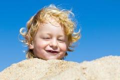Leuke jongen bij het strand royalty-vrije stock afbeelding