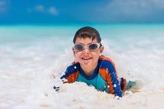 Leuke jongen bij strand Stock Foto's