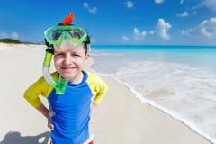 Leuke jongen bij strand stock foto