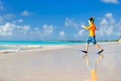 Leuke jongen bij strand stock afbeelding
