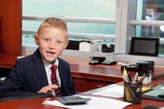 Leuke jongen in bureau Royalty-vrije Stock Fotografie