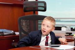 Leuke jongen in bureau Royalty-vrije Stock Afbeeldingen
