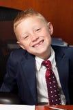 Leuke jongen in bureau Stock Fotografie