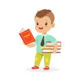 Leuke jongen die een boek lezen terwijl het status van en het houden van boeken, jong geitje die van lezing, kleurrijke karakter  vector illustratie