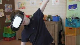 Leuke jongen die gebruikend virtuele werkelijkheidshoofdtelefoon vliegen stock footage