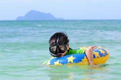 Leuke jongen die in het overzees zwemmen Stock Fotografie