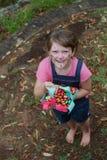Leuke jongen die naar paaseieren zoekt die in vers groen gras worden verborgen Royalty-vrije Stock Fotografie