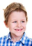 Leuke jongen die ontbrekende tand toont Royalty-vrije Stock Afbeeldingen