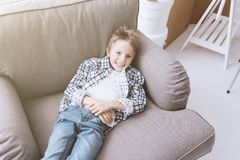 Leuke jongen die thuis ontspannen Royalty-vrije Stock Afbeeldingen