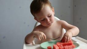 Leuke jongen die watermeloen eten stock footage