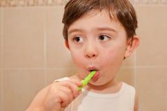 Leuke jongen die zijn tanden wassen Stock Fotografie