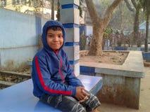 Leuke jongen in een aardig park stock foto