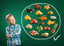 Leuke jongen en gezond voedsel Royalty-vrije Stock Fotografie