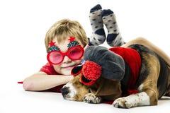 Leuke jongen en grappige brakhond in feestelijke zonnebril stock foto's