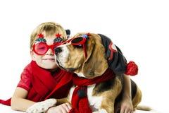 Leuke jongen en grappige brakhond in feestelijke zonnebril stock fotografie