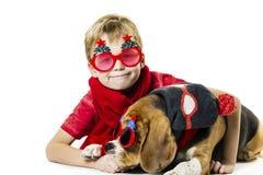 Leuke jongen en grappige brakhond in feestelijke zonnebril royalty-vrije stock foto
