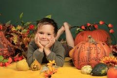 Leuke jongen en Halloween pompoenen Royalty-vrije Stock Afbeeldingen