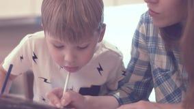 Leuke jongen en zijn kleuring van de mammaverf stock footage