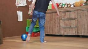 Leuke jongen het spelen bal in zijn ruimte stock videobeelden