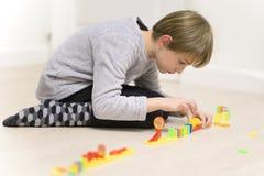 Leuke Jongen het Spelen Domino royalty-vrije stock fotografie
