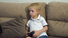 Leuke jongen het spelen videospelletjes thuis Hoge Resolutie stock footage