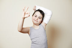 Leuke jongen met gebroken wapen Stock Fotografie