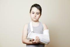 Leuke jongen met gebroken wapen Stock Foto