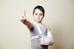 Leuke jongen met gebroken wapen Royalty-vrije Stock Afbeeldingen