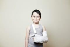 Leuke jongen met gebroken wapen Royalty-vrije Stock Foto