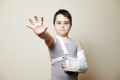 Leuke jongen met gebroken wapen Royalty-vrije Stock Afbeelding