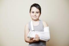 Leuke jongen met gebroken wapen Stock Afbeeldingen