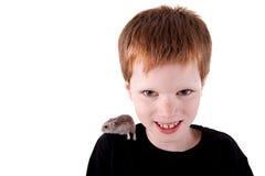 Leuke jongen met hamster op schouder Stock Foto's