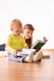 Leuke jongen met moeder die een boek leest stock afbeeldingen