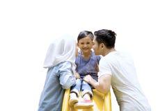 Leuke jongen met zijn ouders op de speelplaats Stock Afbeeldingen