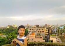 Leuke jongen op een dak stock fotografie