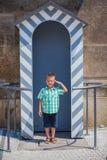 Leuke jongen in Praag Stock Afbeeldingen
