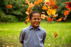 Leuke jongen in tuin Stock Afbeeldingen