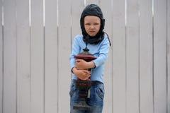 Leuke jongensspelen met een stuk speelgoed auto en een rasprijs Stock Fotografie