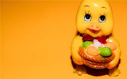 Leuke kaars van een Pasen-kuiken op een lichtoranje achtergrond royalty-vrije stock foto's