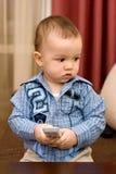 Leuke Kaukasische jongen met TVconsole Royalty-vrije Stock Fotografie