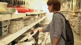 Leuke Kaukasische meisje het winkelen keukenhulp stock footage