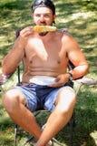 Leuke Kerel bij Picknick Royalty-vrije Stock Afbeeldingen