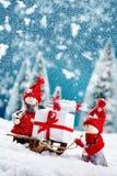 Leuke Kerstmiscijfers in de sneeuw Stock Foto