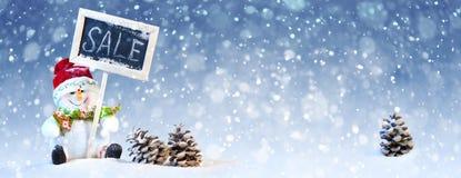 Leuke Kerstmissneeuwman met Denneappel op de Sneeuw Royalty-vrije Stock Fotografie