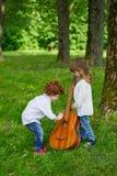 Leuke kinderen die gitaar spelen Stock Fotografie
